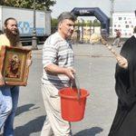 Un sacerdote ortodoxo de Odesa (Ucrania) «limpia» la ciudad con agua bendita por la celebración del Orgullo LGTB