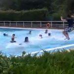 Un grupo de adolescentes se solidarizan con un compañero trans al que un socorrista impidió bañarse en una piscina con camiseta