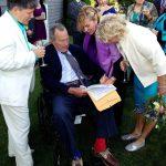 George Bush padre ejerce como testigo en una boda entre dos mujeres